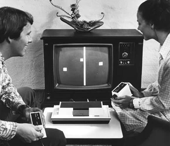 Deux personnes jouant à la première console de l'histoire