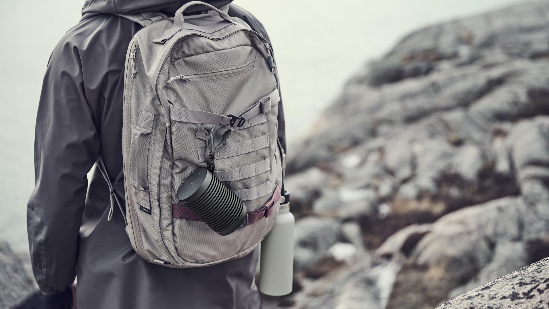 La Beosound Explore de Bang & Olufsen est fournie avec un mousqueton pour l'accrocher à un sac à dos.
