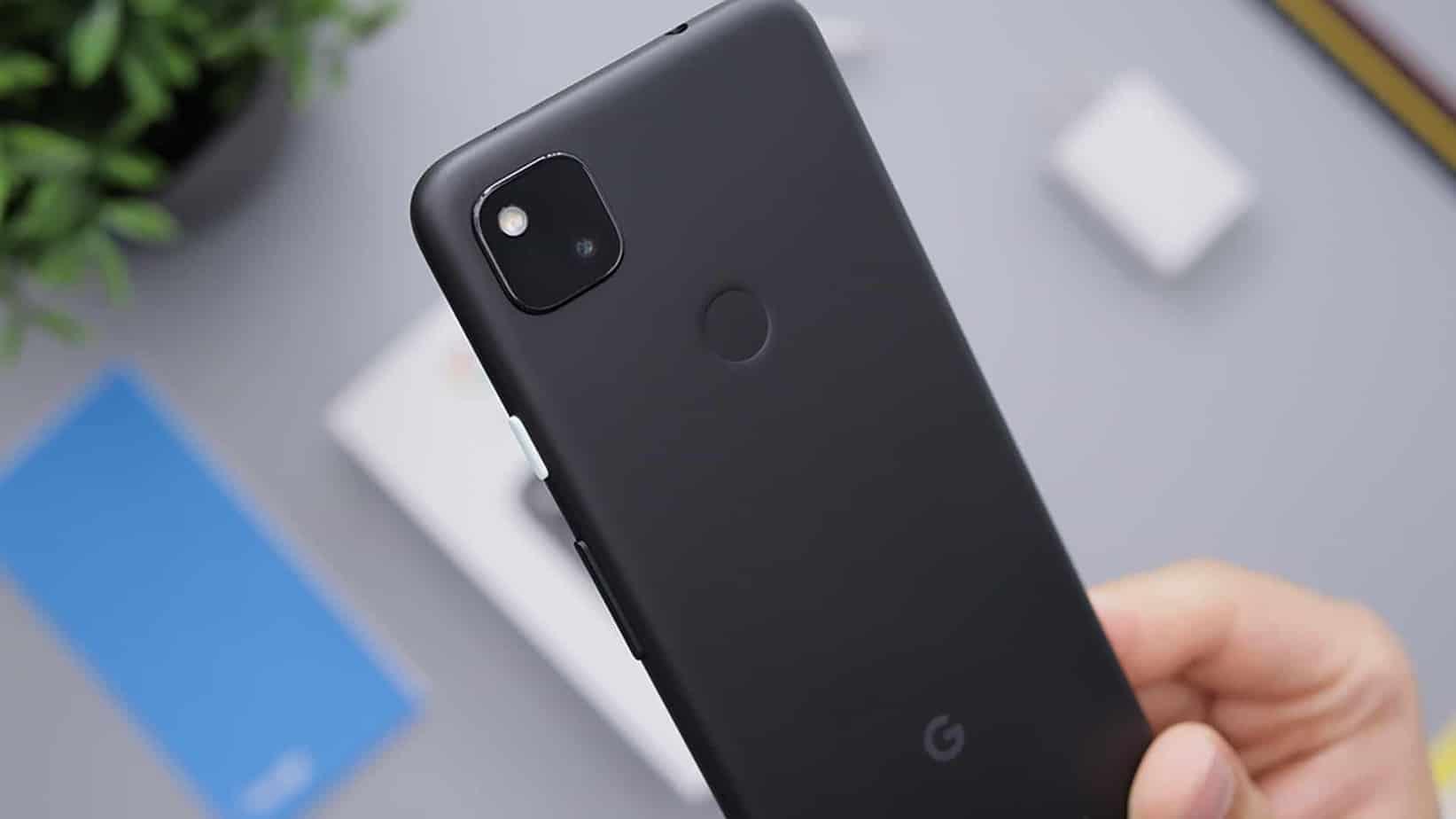Le Pixel Stand de Google apparait au côté du Google Pixel 6.