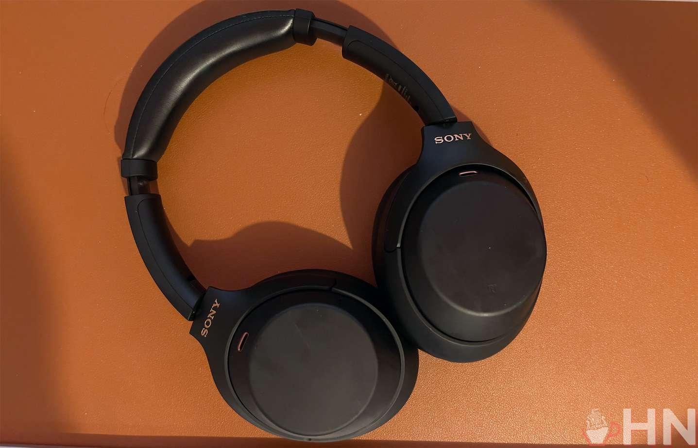Le Sony WH-1000XM4 ressemble beaucoup au XM3, des pieds à la tête.
