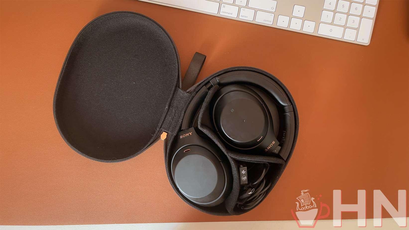 Le casque de Sony est fourni avec sa boite de transport, son adaptateur pour l'avion, son câble USB-C et son câble mini-jack.