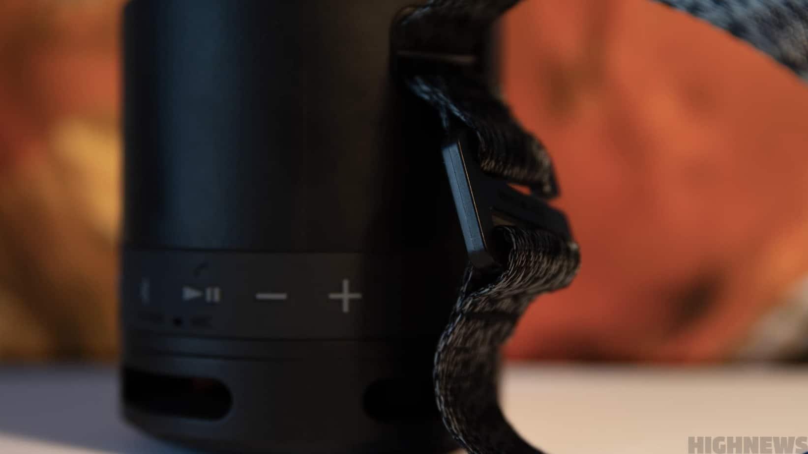 La sangle présente sur la Sony SRS-XB13 vous permettra de vous suivre partout.